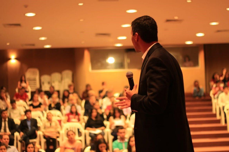 Santiago Peña disertando en el Campus Gutenberg